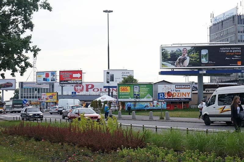 Reklama w mieście dla kliniki medycyny estetycznej